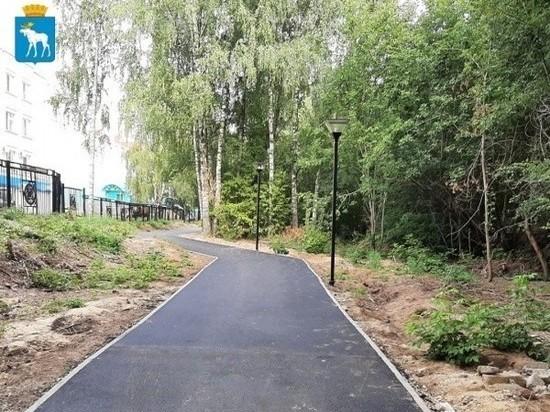 Пешеходные дорожки ремонтируют в Центральном парке в Йошкар-Оле