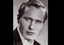 Известный советский режиссер, актер и писатель Василий Шукшин был найден мертвым в каюте теплохода «Дунай» 2 октября 1974 года во время съемок фильма «Они сражались за Родину»