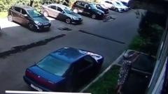 Пенсионерка из Новокузнецка поймала выпавшего из окна ребенка: видео