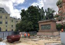 Фрагмент старинной мостовой, который недавно был обнаружен под постаментом памятника Минину и Пожарскому, посетители Красной площади, возможно, смогут  видеть постоянно