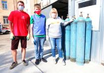 В рамках акции #МыВместе вологодские активисты ОНФ помогают сотрудникам вологодского моногоспиталя, который оборудован на базе городской больницы №1,  выгружать кислородные баллоны