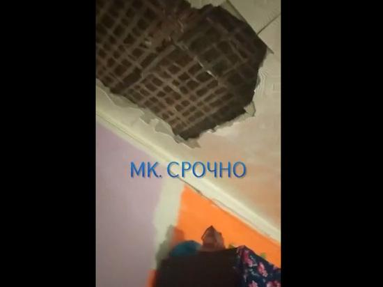 Тяжелый кусок обрушился с потолка квартиры на голову многодетному отцу в Красноармейске