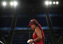 Наоми Осака стала настоящим символом этих Олимпийских игр задолго до того, как зажгла огонь на церемонии открытия. Самая известная японская спортсменка в мире, высокооплачиваемая и активно продвигающая социальные идеи — просто идеальное лицо для мероприятия, атакуемое со всех сторон общественным мнением. Но теннисистка вылетела с олимпийского турнира уже в третьем круге. «МК-Спорт» рассказывает, почему теннисистка не выдержала давления.
