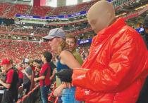 Мужчина в красном глянцевом пуховике и чулке на голове (на улице было +25) вышел на арену стадиона в Атланте, дефилировал по футбольному полю и делал эффектные жесты