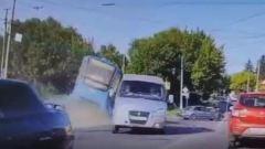 Видеокадры утреннего крушения трамвая в Курске