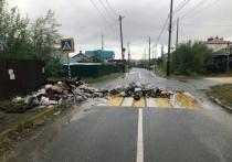Мусор перекрыл дорогу: жители Салехарда устроили свалку на месте убранных баков