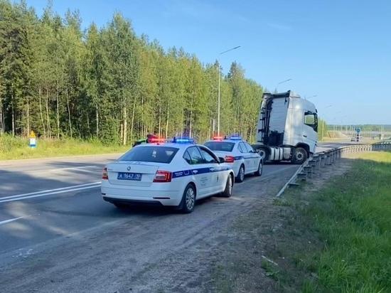 Пожилой водитель тягача въехал в металлическое ограждение в Карелии