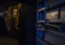 Первый расположенный в бомбоубежище и пока единственный в мире профессиональный гражданский театр «Арт-убежище Bunker» семь лет подряд обитает на улице Досмухамедова, 78а, вблизи Никольского собора города Алматы