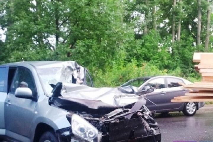 Костромское везение: водитель «Тойоты» чудом остался жив при столкновении с грузовиком «Ниссан»