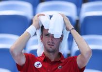 Это был, наверное, самый жаркий день в Токио для теннисистов. Организаторы почему-то не хотят сдвинуть все матчи на более позднее время, несмотря на то, что об этом просили самые топовые теннисисты. И в дневных играх спортсмены буквально погибают от жары. Медведеву оказали помощь, но он продолжил и выиграл. А Паулe Бадосe увозили с корта после теплового удара.