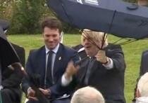 «Борьба» Бориса Джонсона с зонтом насмешила публику