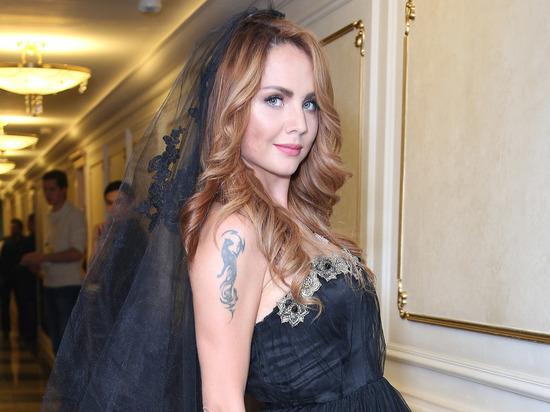 Маргарита Соколова, директор певицы МакSим (настоящее имя Марина Максимова) подтвердила, что исполнительницу выводили из искусственной комы