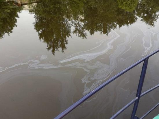 Специалисты успешно ликвидировали разлив нефти в акватории Екатерингофки