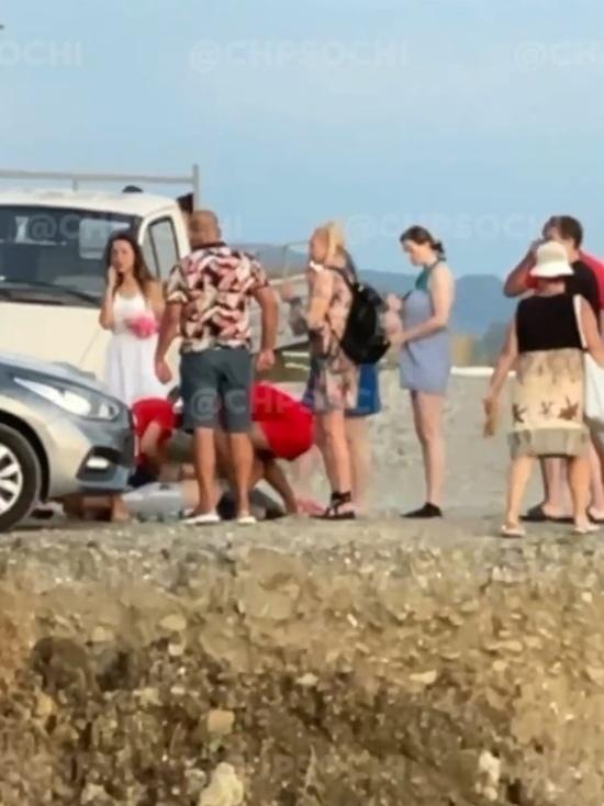 В Сочи по дороге на пляж умер мужчина