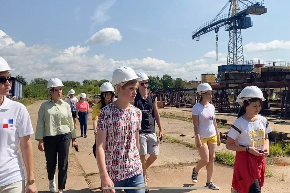 «Молодая гвардия Единой России» организовала для подростков экскурсию на судоверфь