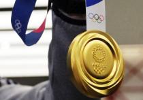 Каждый день появляются кадры со счастливыми участниками Олимпиады в Токио, которые пробуют на зуб завоеванные ими золотые медали