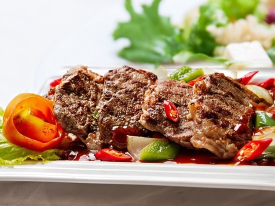 Врач не согласилась с коллегой, который назвал красное мясо любимой едой умерших от рака кишечника