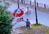 Маленький хулиган попал на видео во время «боя» с уличным стендом в Лабытнанги