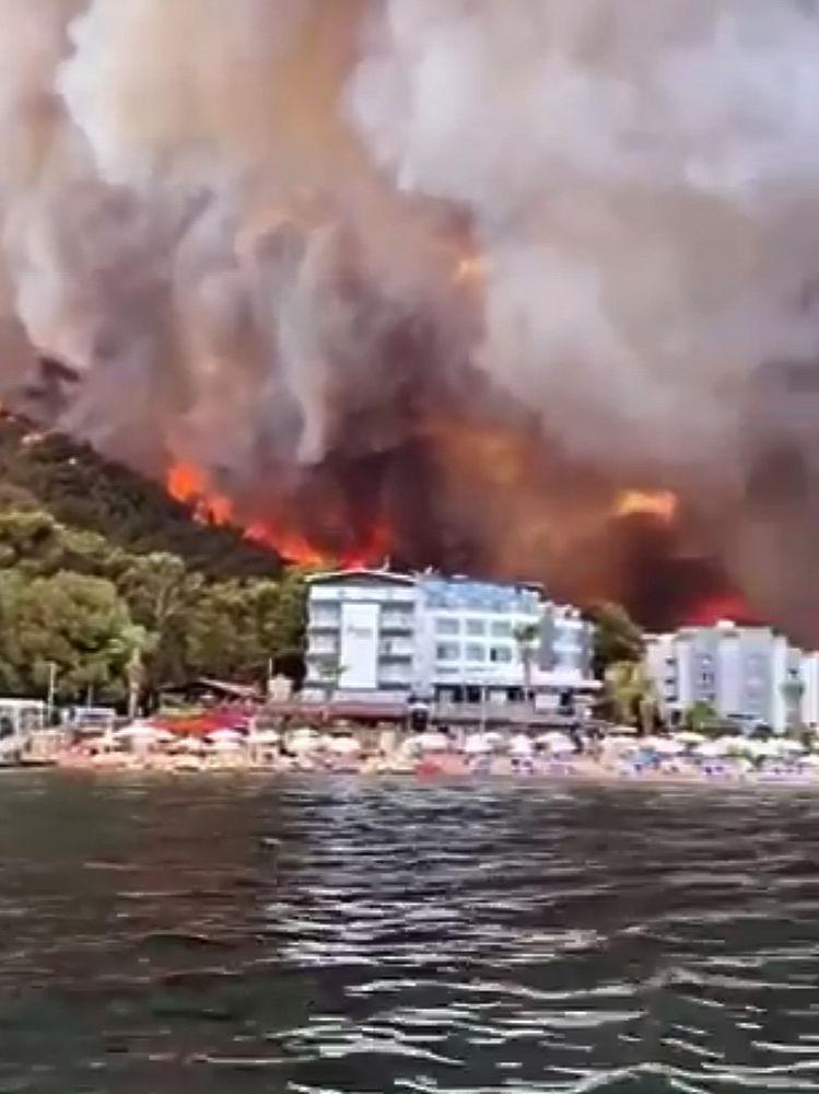 Курорты Турции в огне: туристы опубликовали страшные кадры лесных пожаров