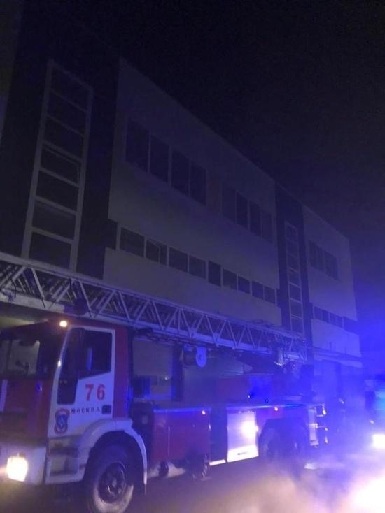 На юго-западе Москвы загорелся склад на площади 400 квадратных метров