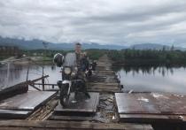 Котелок, палатка и теплая одежда: байкер-путешественник едет на мотоцикле в ЯНАО
