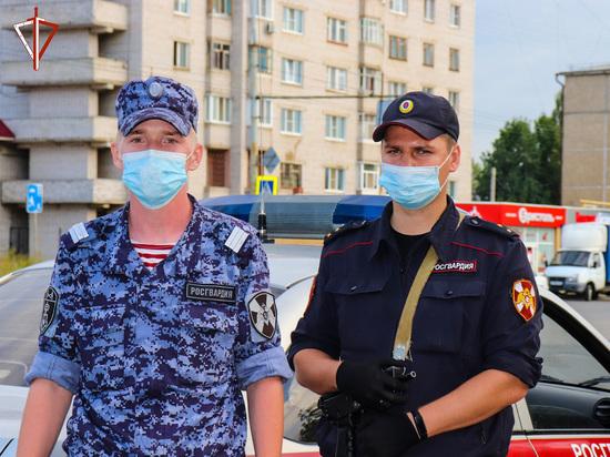 В Йошкар-Оле росгвардейцы помогли пострадавшей в автоаварии женщине