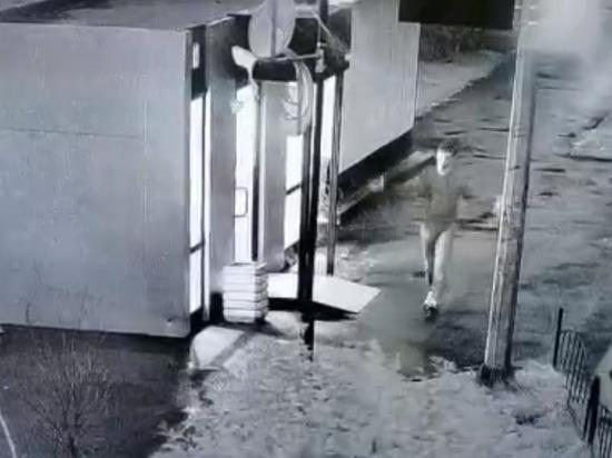 Разбил окно: вандал в трусах ночью «подрался» с теплой остановкой в Лабытнанги