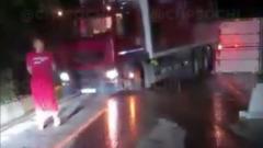 Федеральную трассу Джубга-Сочи полностью перекрыла упавшая фура: видео