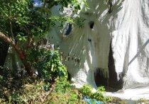 Креативно изорванная занавесь будто символизирует район, где старые дома из последних сил стараются не рухнуть