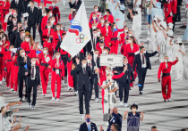 Наши атлеты поехали в Токио без права называться олимпийской сборной России. Они выходят на соревнования в форме с логотипом ОКР, а во время побед им поднимают флаг Олимпийского комитета и играют музыку Чайковского вместо гимна. Но наши болельщики болезненно воспринимают эту ситуацию и придумали выход из положения.