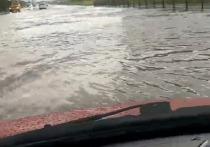 Видео из салона «плывущей» по улице машины сняли в Новом Уренгое