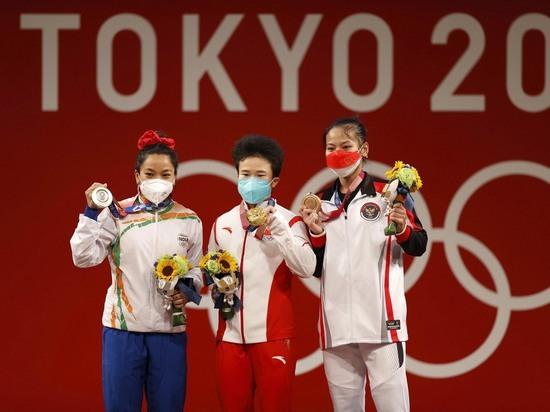 Агентство сообщило о том, что тяжелоатлетку Хоу Чжихуэй попросили сдать дополнительный тест: оказалось – фейк