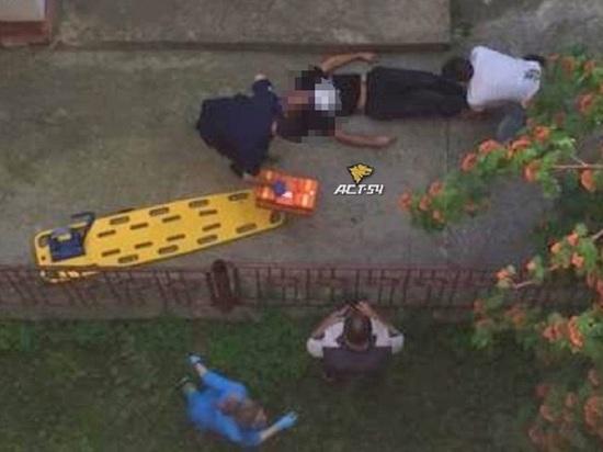 Мужчина с ножом упал с балкона в пятницу вечером в Новосибирске