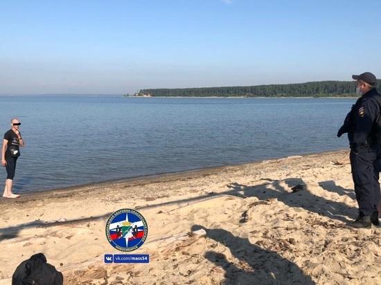 Мужчину в одежде уговаривали выйти из Обского моря спасатели и полицейские в Новосибирске