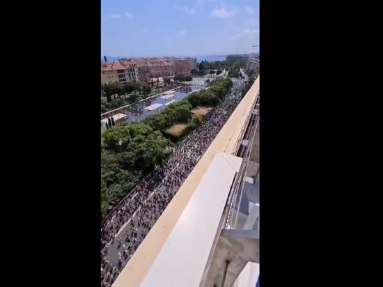 Более 200 тыс. противников санпропусков провели акции протестов во Франции