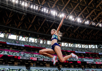 Легкая атлетика началась для команды России плохо. Дарья Клишина уехала со стадиона в инвалидном кресле. За ареной ее отвезли в медицинский центр, сделали перевязку, предложили костыли и… отправиться на сдачу допинг-теста. Офицер пришел за ней прямо туда. Наш специальный корреспондент передает из Токио.