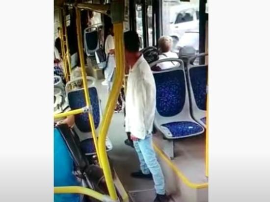 Появилось видео с моментом удара ножом в новосибирском автобусе №95