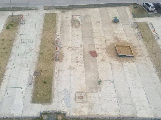 Дети все себе ободрали бетоном: обещанное безопасное покрытие на игровой площадке требуют жители Салехарда