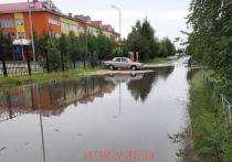 «До школы нужно плыть»: на затопленную улицу пожаловались жители Муравленко