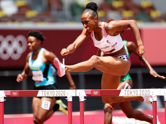 Пуэрториканская бегунья одолела рекордсмена на ста метрах с барьерами