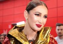 Телеведущую Ольгу Бузова неоднократно критиковали за плохое состояние зубов ее отца Игоря Бузова