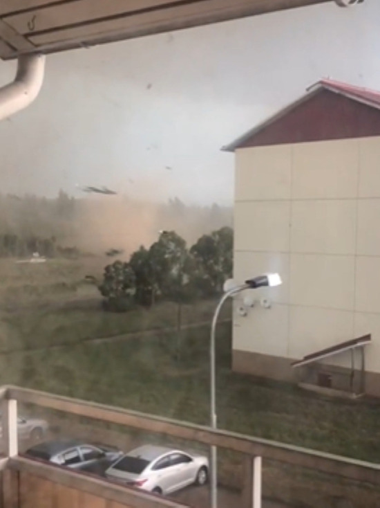 В сети появилось видео смерча в Тверской области