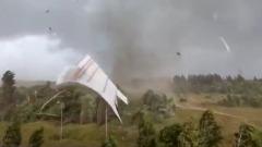 В Тверской области ураган срывал крыши с домов и валил деревья