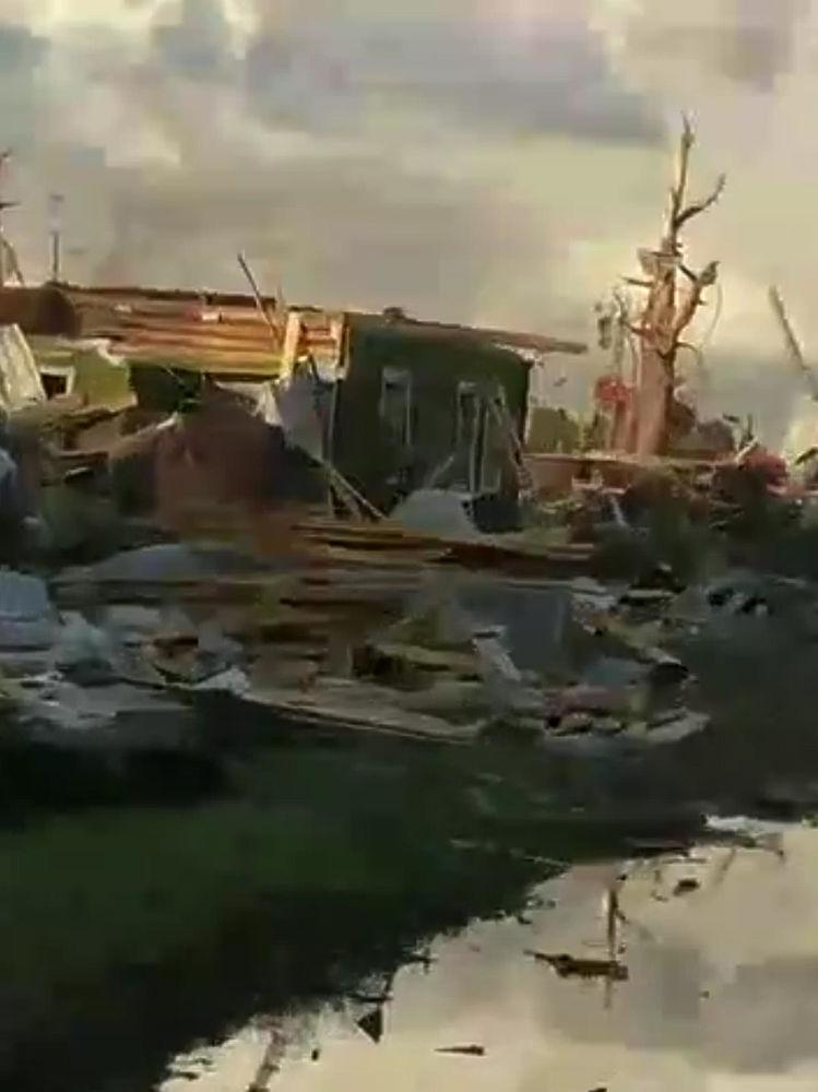 Ломал деревья: жители Тверской области засняли ураган и торнадо