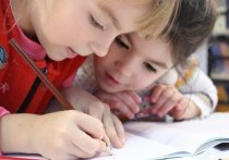 Родители белгородских школьников начали получать выплаты к новому учебному году