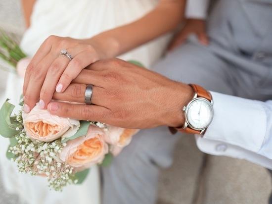 Псковичи теперь смогут жениться дома или в больнице
