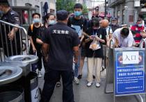 Растущая в Китае вспышка Дельта-варианта коронавируса достигла Уханя, первоначального эпицентра пандемии COVID-19, что привело к общегородскому тестированию на коронавирус, поскольку власти изо всех сил пытаются сдержать первые более чем за год зарегистрированные в городе местные инфекции