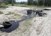 Льющаяся из-под земли черная жижа заволокла тухлым запахом район Ноябрьска