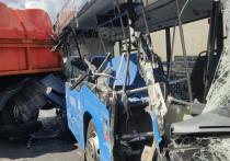 В ДТП на Боровском шоссе, где грузовик протаранил рейсовый автобус, тяжело пострадали два пассажира — беременная женщина и мужчина