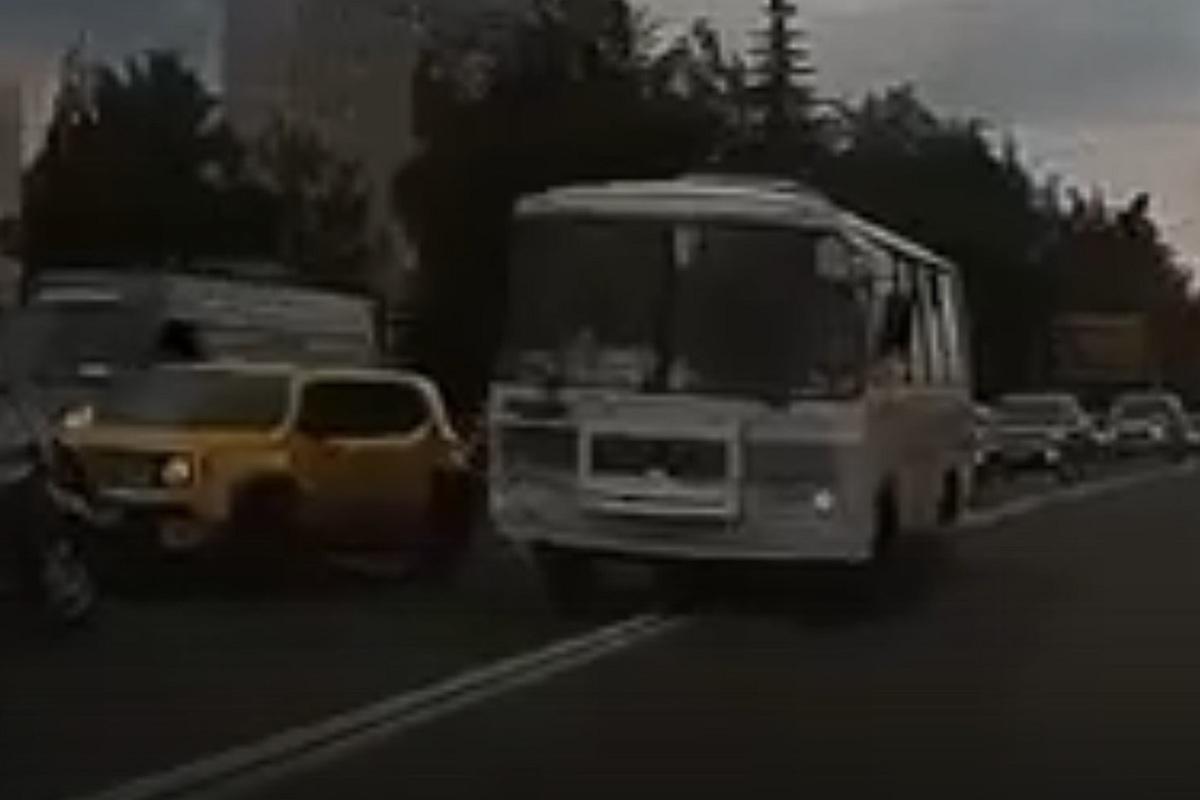 Лучше опоздать, чем погибнуть: водителя автобуса №66 оштрафовали